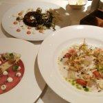 """Ceviche (en primer plano), atún en formato """"carpaccio"""" y al fondo """"Pulpo y calamar a la brasa""""."""