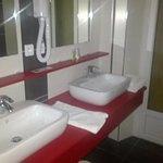 Salle de bain spacieuse moderne et lumineuse.