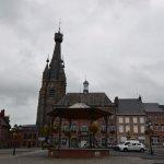 Place de Solre le Château avec son célèbre clocher penché