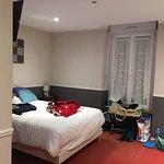 grande chambre avec trois lits