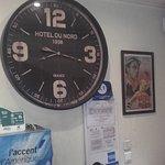 Pendule et affiche d'époque à l'accueil