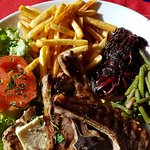 Voici l'assiette : côtes d'agneau (bonnes !), frites et salade/légumes