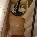 Lampe brisée a cause de la chute d'une tringle mal fixée