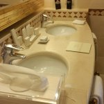 Baño con dos lavabos