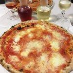 Heerlijke italiaanse pizza met verse buffel mozzarella