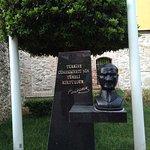 """У входа бюст Ататюрка, несколько странный, но """"художник так видит"""" )"""