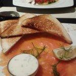 Assiette de saumon avec sauce à l'aneth