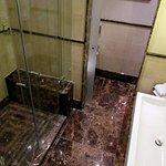 Große Dusche, abgetrennter Toilettenbereich, chic