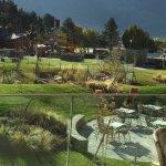 Le jardin et la rivière naturelle depuis le restaurant du petit-déjeuner