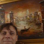 В отеле, у картин