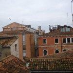 Вид из номера: крыши Дорсодуро-1