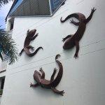 Típicas esculturas de reptiles en una de las paredes entre los edificios de habitaciones