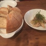 前菜のいかとねぎのマリネ。自家製のパンも美味しかったです。