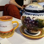 La zuppiera e la brocca del vino  in ceramica portoghese