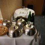 Meravigliosa vasca idromassaggio della business suite con frutta e prosecco serviti in camera