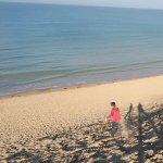 Entre mer, plage et dunes à marée haute.