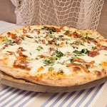 Pizza Pugliese (mozzarella,friarielli(cime di broccoletti),salciccia,pecorino)