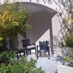 petite terrasse privée devant chambre donnant sur la piscine