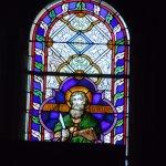 Vitrail de Saint Barthélémy au-dessus de l'orgue de tribune, en façade