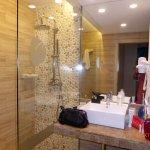 Blick ins kleine Badezimmer, mit begehbarer Dusche, WC und Waschbecken