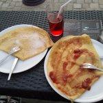 Crêpe au sucre et crêpe à la confiture de fraise