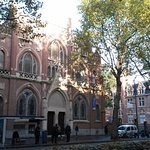 L'Université Catholique, face à l'hôtel