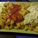 "Patatas tres salsas ""caseras"""