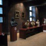 La salle des Valois avec les bustes des rois