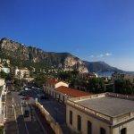 Excellente vue sur la mer et la colline depuis le balcon de notre chambre