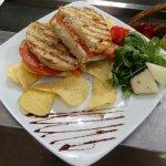 Tosta de chouriço, queijo, tomate e orégano
