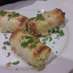 Arrollados de masa filo rellenos con 4 quesos