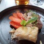 polędwiczka wieprzowa z kurkami , zapiekanka ziemniaczana , marchewka na parze