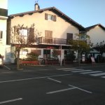 Beau restaurant de l'extérieur et bien situé.