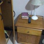 No se puede abrir el placard porque esta la mesa de luz y la cama