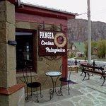 Exterior de Pangea Restaurant, ideal para disfrutar de una cerveza artesanal especialmente fabri