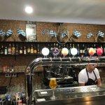 Ett bryggeri, i stan! Trevligt! Du kan äta här på Artesanal Cerveceria. Du sitter nära Curva de