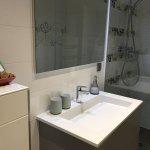 La Belle Cordière, une salle de bain spacieuse avec grande douche à l'italienne