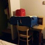 Bureau occupé par la valise donc pas de place pour travailler !