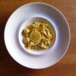 Fiochetti de gorgonzola y pera con salsa de limón.