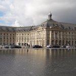 Водная гладь подчеркивает классическую красоту зданий