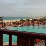 Piscine avec vue sur la plage  (prise du restaurant)