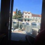 vue magnifique sur le port pendant le repas