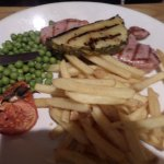 Gammon with pineapple and chips