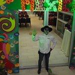 Bienvenida de un anfitrión al restaurante La Pérgola, el 2 de noviembre