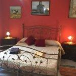 Camera  tripla . vista giardino interno - a richiesta possibile avere salone con cucina .