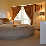 Executive round bed