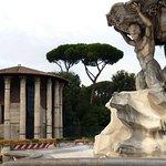 Rome: Place de la Vérité. Les tritons et Temple Hercule Victor.