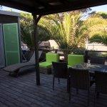 Mobile-home premium : terrasse avec beau mobilier et plancha