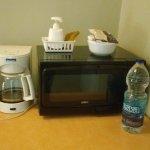 Microondas, cafeteira, chaleira elétrica, bucha e sabão prá lavar a louça.