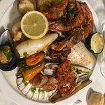La super parillade : couteaux, gambas, noix de Saint-Jacques, moules, calamars, poisson...